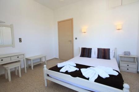 Iraklis Apartments,